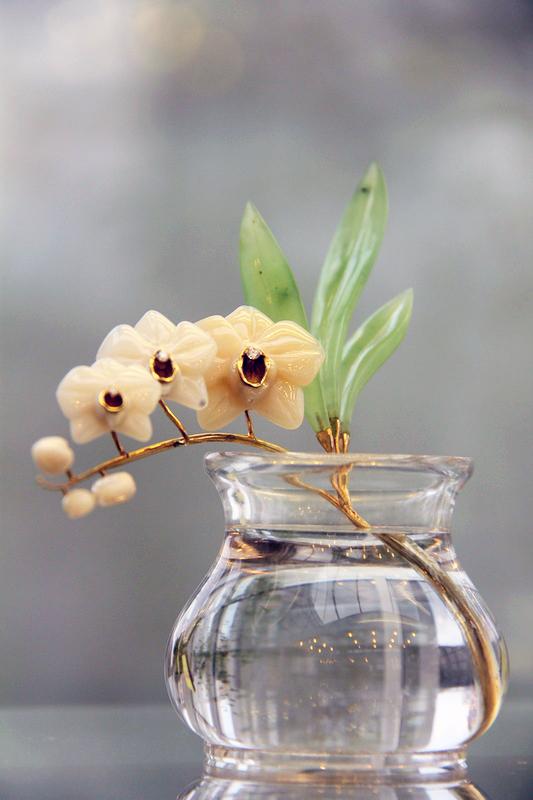 Орхидея Фаленопсис. В. Васильев. Кахалонг, нефрит, горный хрусталь, циркон