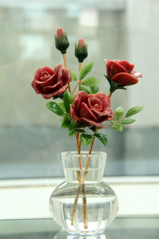 Розы в вазе. В. Васильев. Родонит, нефрит, горный хрусталь